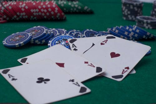 Poker online with strategic tricks